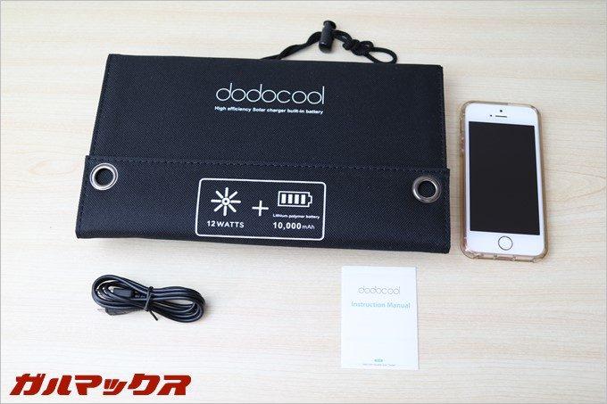 dodocoolのソーラー式モバイルバッテリーの同梱物はUSBケーブルも付属しています