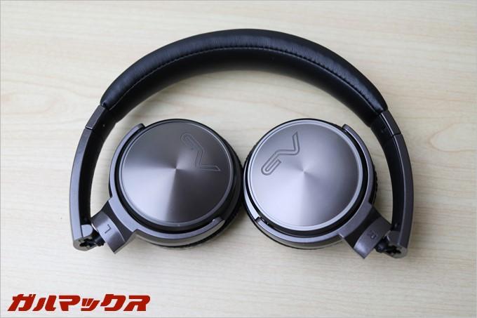 耳の部分がヘッドバンド側に折れ曲がりコンパクトに収納可能