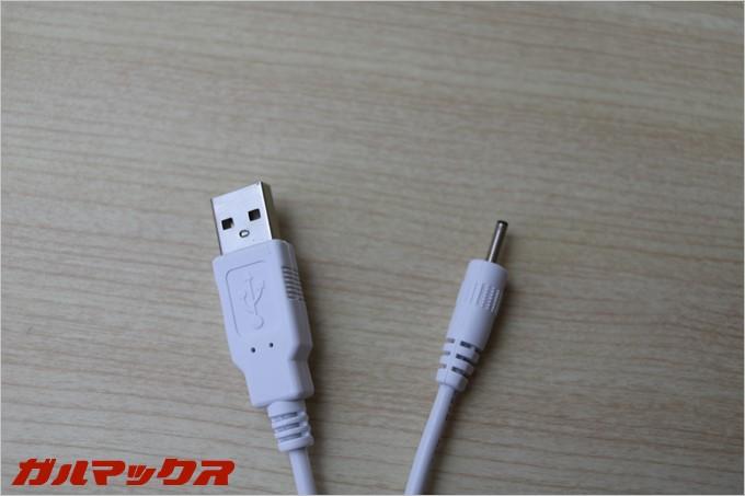 充電ケーブルは専用品となっているので、充電中はUSB機器が使えないということもなし