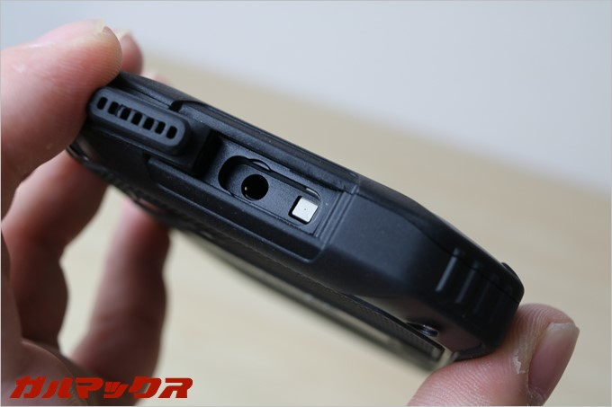 イヤホンジャック部分に気圧センサーもついているので、高度も計測可能となってます