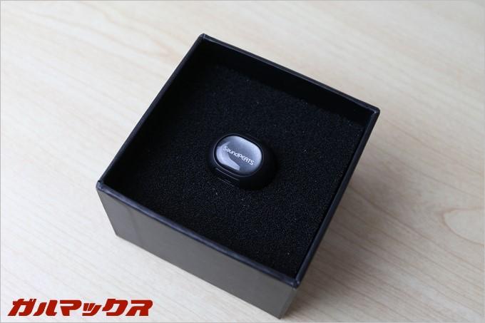 SoundPEATSのD3はしっかりとスポンジに包まれてまるで指輪のように梱包されてます