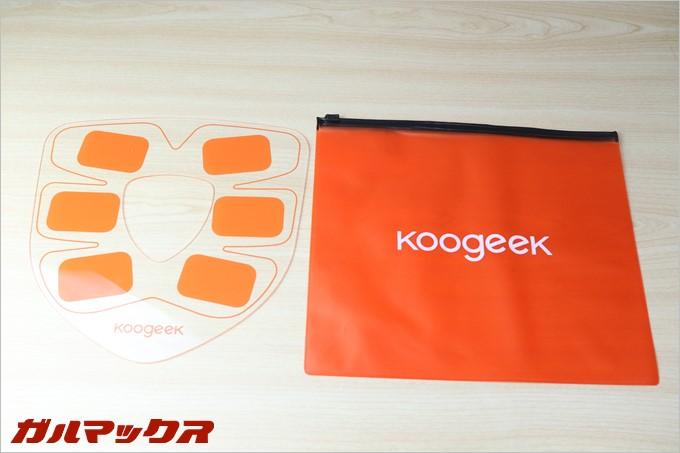 Koogeekスマートフィットネスギアは粘着質で貼り付けるので使い終わった後に粘着面を保護する本体と同等ほどのプレートが付属しています。また、持ち運びに便利なオレンジのナイロンポーチも付属
