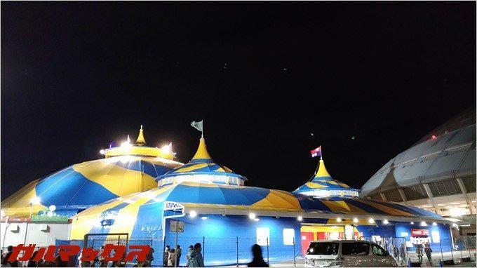 シルク・ドゥ・ソレイユの会場をZenFone3で撮影した写真。夜景モードを手持ちで撮影。