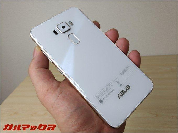 パールホワイトの背面。(ZenFone3で撮影)