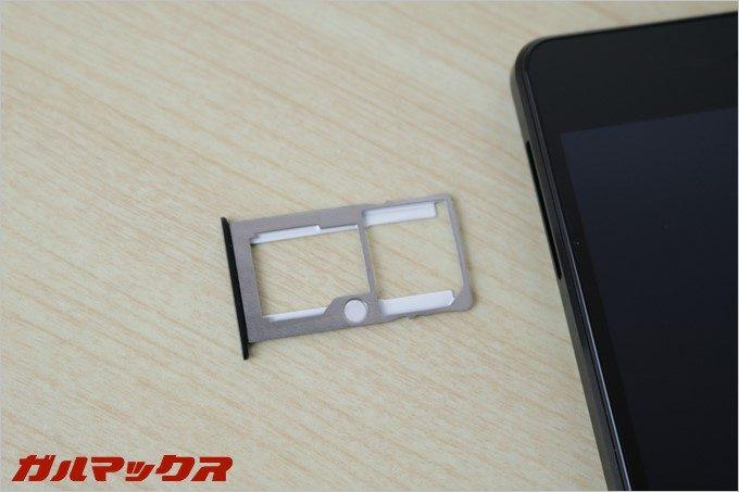 SIMは2枚挿せますが片側はMicroSDと共用です。