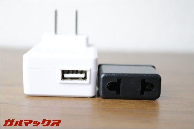 別途、日本で使用できる充電器と、同梱物の充電器をこれまた変換するアダプターがご丁寧に入ってました。