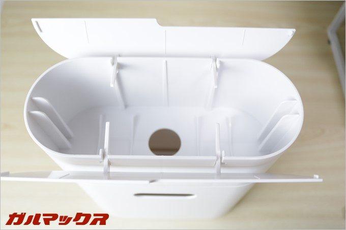 コロモードインの蓋の内側についている突起にコロコロクリーナーの粘着部分が当たる事で蓋が自動に閉まる仕組み