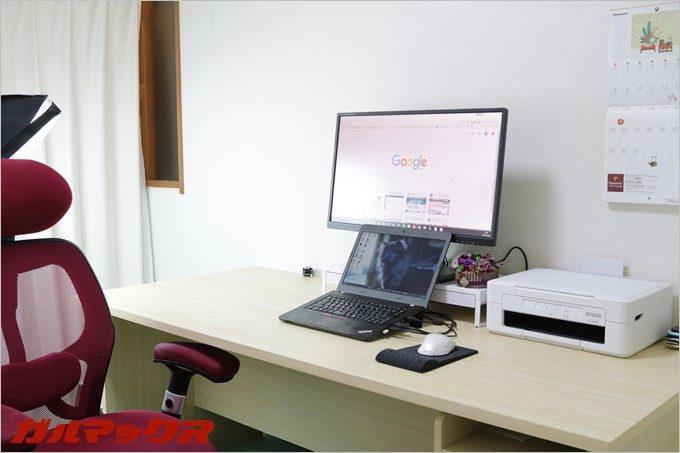 パソコンデスク右側には書類を広げたりメモをとったりするスペースとして使ってます。