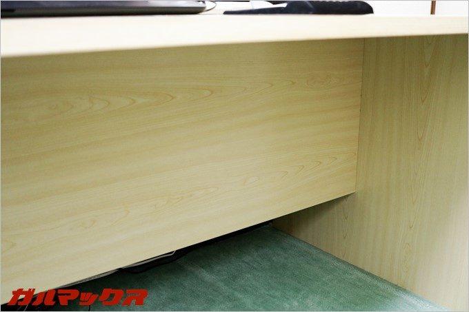 補強用の板がデスク中央に通ってますが、その板が目隠しとなるのでケーブル類がごちゃごちゃしません。
