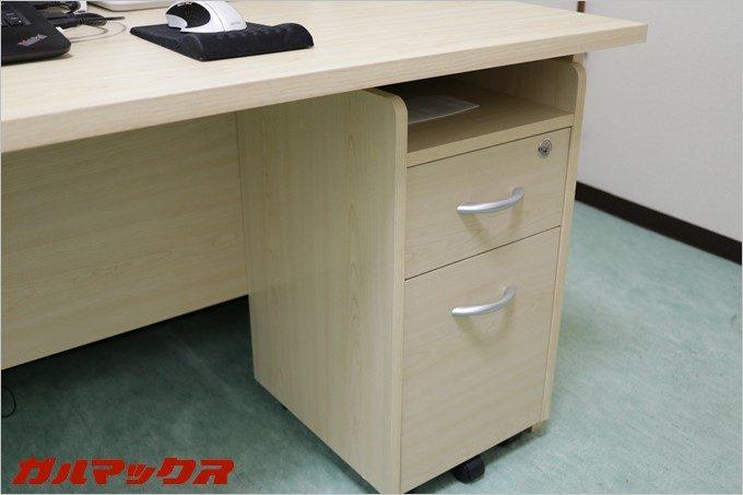 スリムチェストはパソコンデスク様に設計されているので天板下に収納可能です。