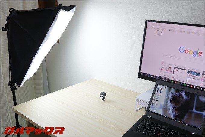 ノートパソコンの左側は撮影ブース。片付けること無く全ての作業スペースがパソコンデスク上で確保出来ます。