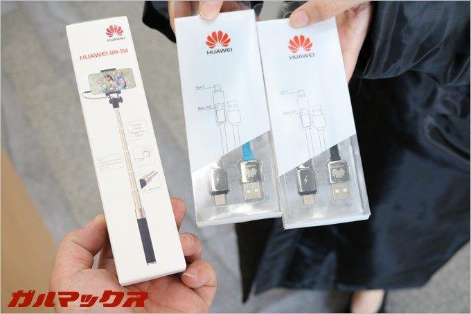 HUAWEI novaを購入すると充電ケーブルと自撮り棒っが貰えます。