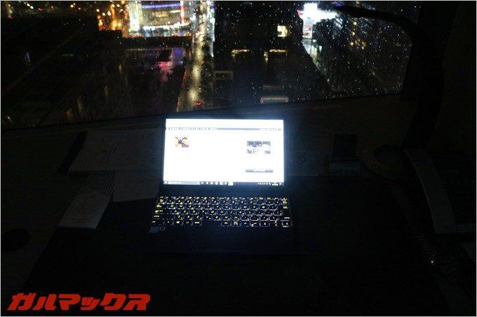 ZenBook 3は標準でキーボードが光るので暗所でも操作が容易