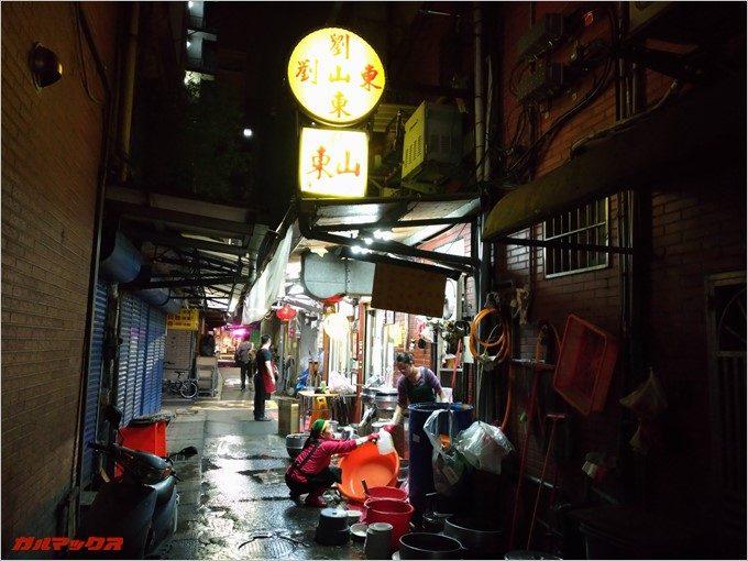 台北の裏路地で見つけた牛肉麺のお店。