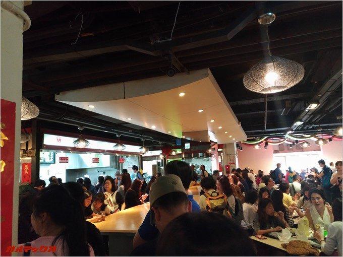 阜杭豆漿はフードコートでご飯が食べられますが、かなり混雑しています。