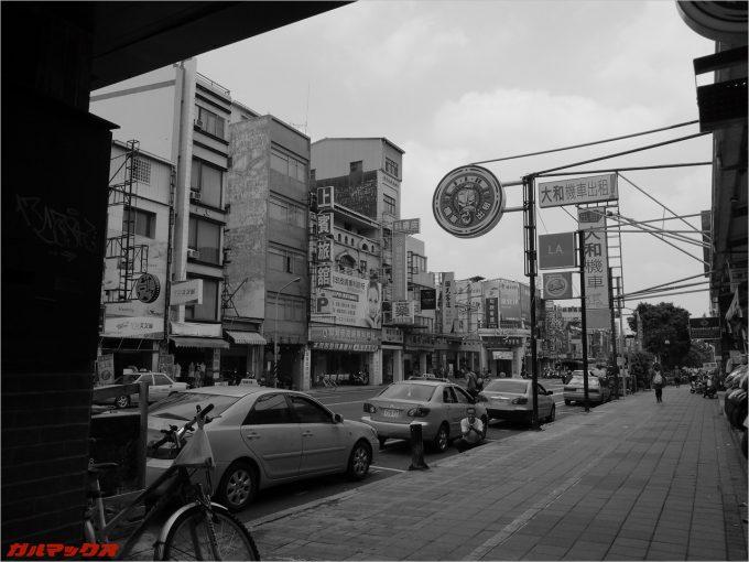 台湾の台南でUMIDIGI Z PROにて街並みをモノクロ撮影