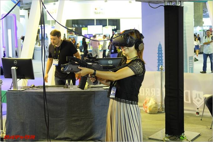 VRシューティングを楽しむ女性