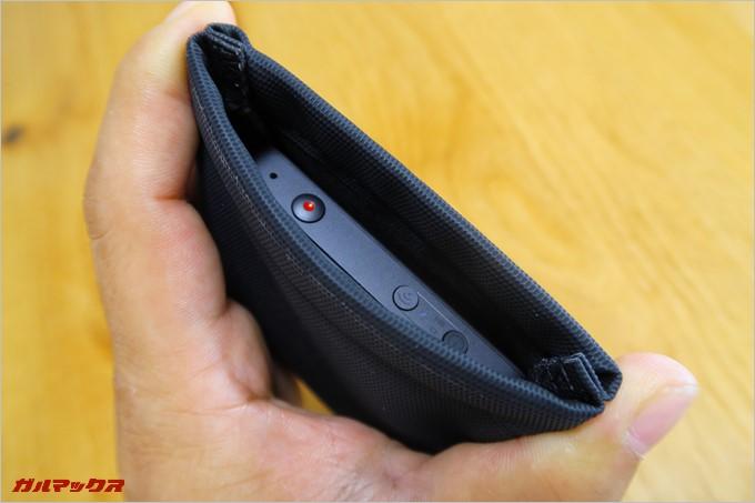 ポーチは両端から握ることで開くオープンタイプ。使いたい時にパッと取り出せるのが特徴だ。