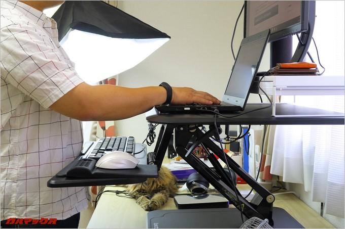 天板だけが高いスタンディングデスクは文字入力時に腕を不自然に上げ無くてはならない