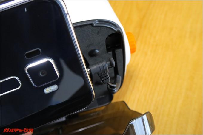 イヤホンプラグのコードはコイル型で伸縮するので、スマートフォンの位置に関係なくイヤホン端子に差し込める