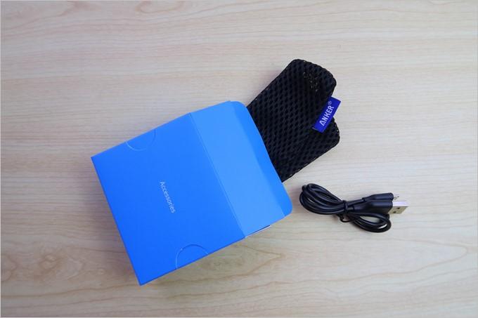アクセサリーボックスにはポーチやMicroUSBケーブルが付属している。