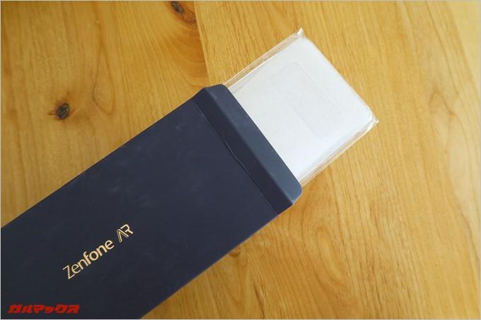 外箱の上部ボックスにはハードケースが同梱されている