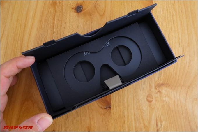 蓋の部分に簡易の組み立て式VRゴーグルが付属
