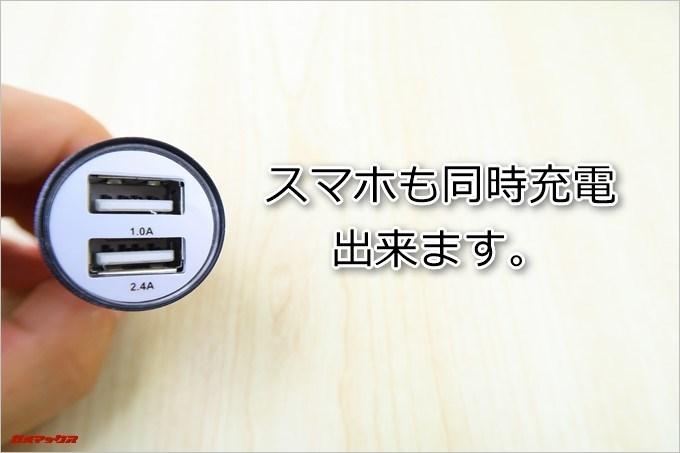 AUTO-VOX D6 PROに付属するシガープラグは2口仕様なのでスマホも充電できます
