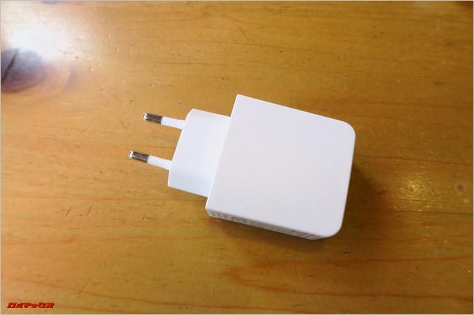 付属の充電器は海外仕様なので注意です。