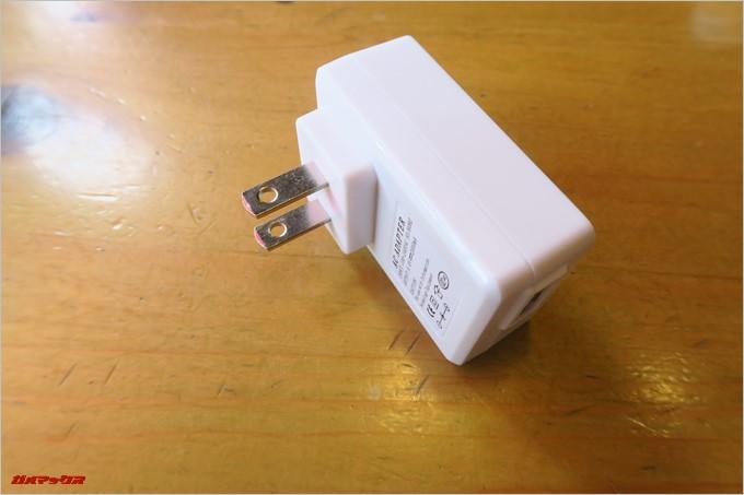 日本で利用できる充電器も付属していますが、コチラは5V2Aです。
