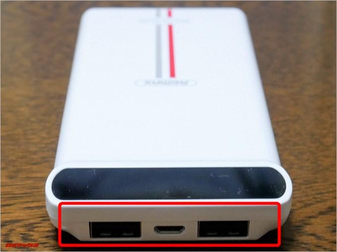 KINGREEのメーター上部にUSB端子が2つ充電用のMicroUSBケーブルが1つ備わっています