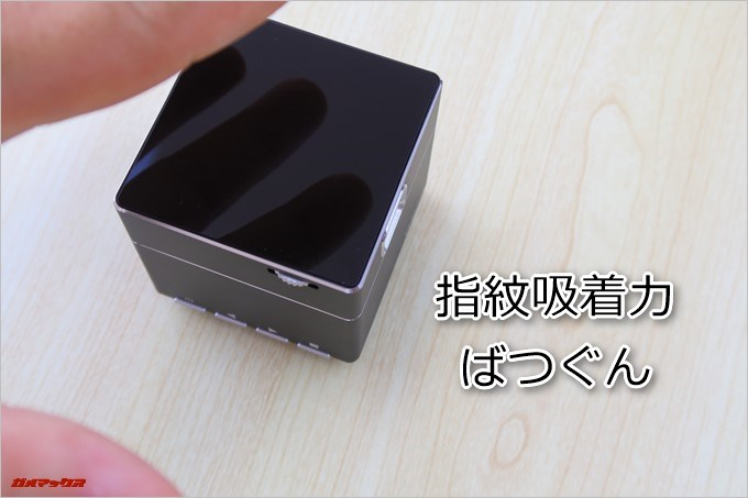 TENKER DLPミニプロジェクターの天板は指紋がベタベタ付きやすい鏡面仕上げです