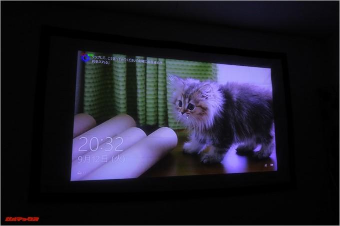 TENKER DLPミニプロジェクターとHDMI接続したパソコンの画面が映し出されました
