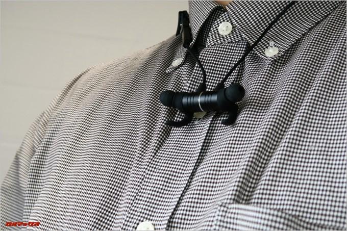 Vismera「BT-515F」は胸元でイヤホンのL/Rを磁石でくっつけてネックレス状態で首からぶら下げる事が可能です