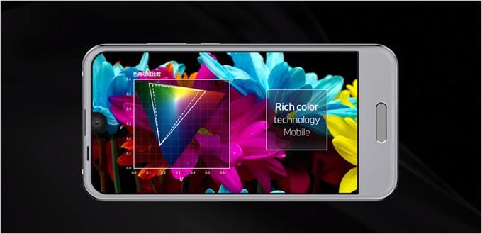 AQUOS R Compactはリッチカラーテクノロジーモバイルを搭載しているので写真や動画に対して1/65536の画質補正を行う事が可能