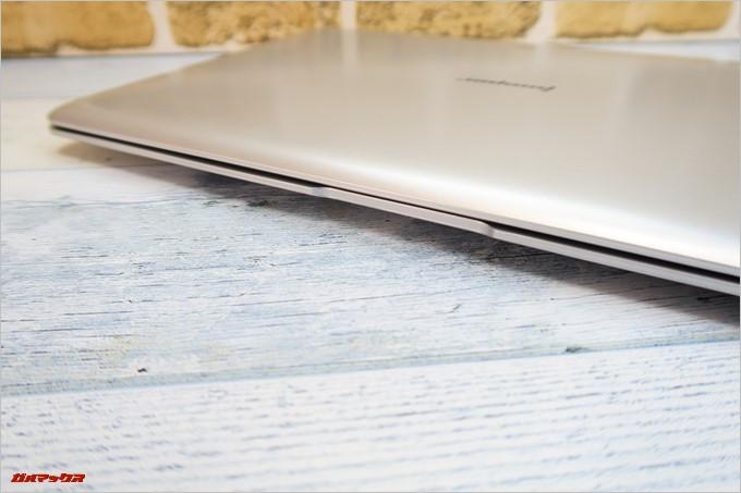 Jumper EZbook 3SEの前面にはディスプレイを開きやすいように凹みがあります