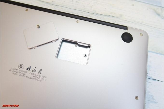 Jumper EZbook 3SEの底面にはネジ止め蓋があったので開けてみましたがなにも入っていませんでした。