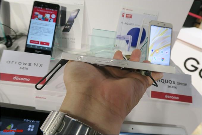 「MONO MO-01K」の画面右側面には物理スイッチ式のマナーモードボタンが備わっています