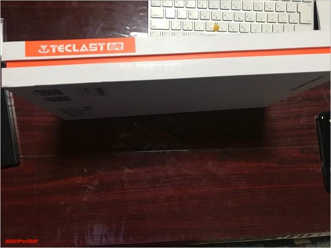 Teclast Master T10の外箱の横はオレンジのライン