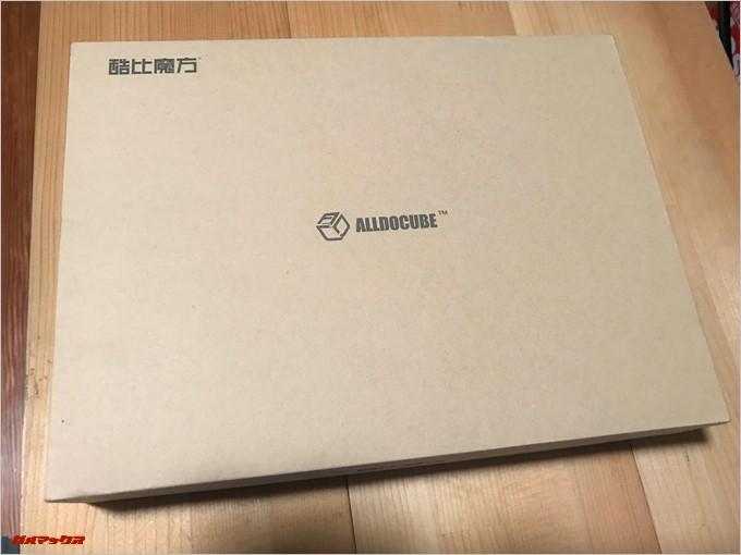 CUBE iPlay 8の外箱は非常にシンプルですが硬めの外箱で印象は良かったです。