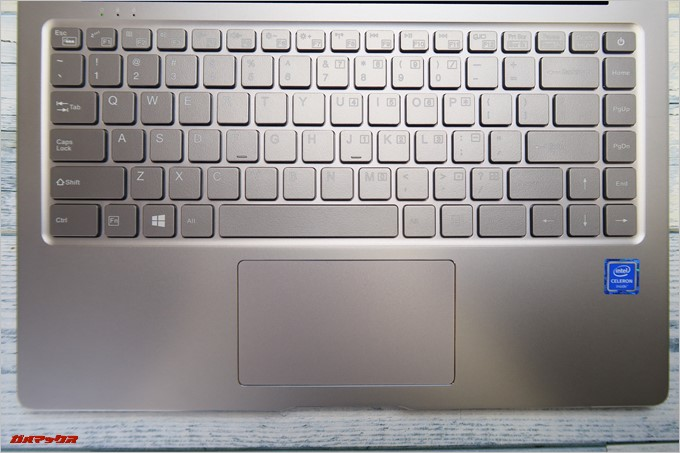 Chuwi LapBook AIRのキーボードはシルバーに白色の印字です。非常にクールな印象