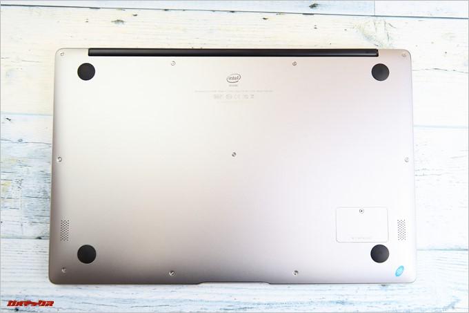 Chuwi LapBook AIRの底面にはステレオスピーカー。バッテリーは内蔵タイプ