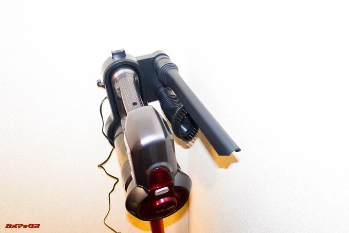 Dibea 2-in-1 Wireless Vacuum Cleaneの充電台には隙間ノズルやブラシノズルが差し込めます