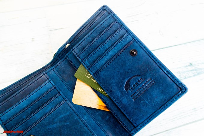[COREOの馬革 折財布 8FJ-9979]のカード入れの下側のポケットにも左右で計4枚のカードが入ります。