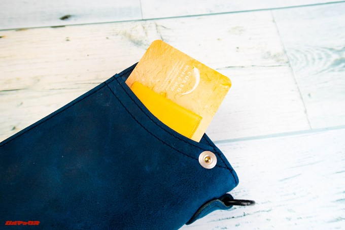 [COREOの馬革 折財布 8FJ-9979]の表側のポケットにもカードが一枚入ります
