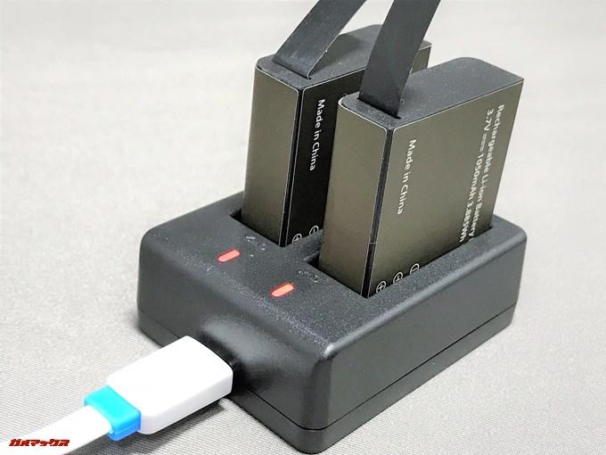 EKEN H9sに付属のバッテリーチャージャーは2つのバッテリーをそのまま充電可能です。