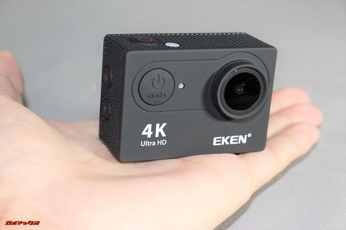 EKEN H9sのサイズ感は手のひらサイズ。この小ささで4kに対応しています。