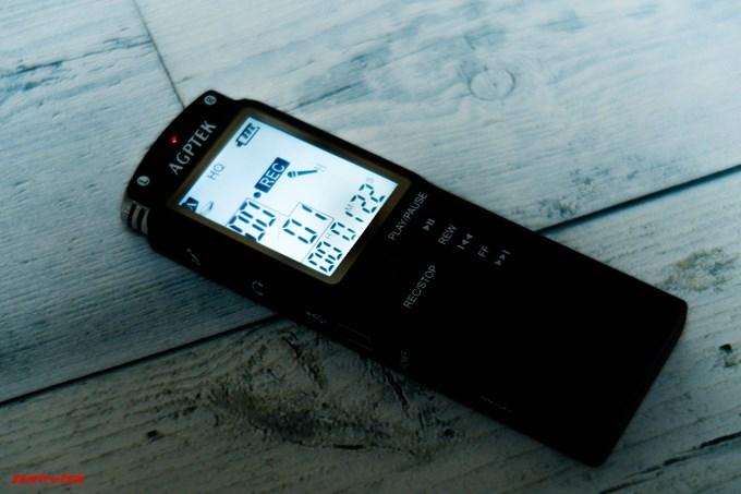 AGPTEKのボイスレコーダーは暗所でも視野性の良いバックライト付き