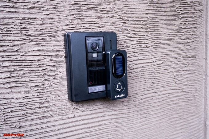 YATAIDI ワイヤレス チャイムは防水仕様なので外のインターホンに直接貼り付けました