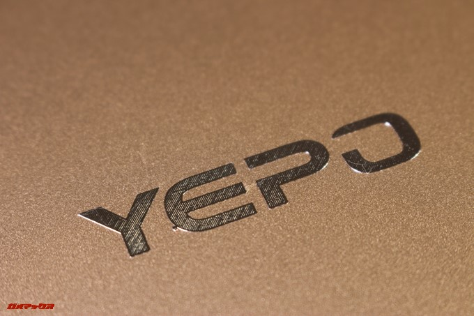 YEPO 737A Notebookの天板のロゴはシールでした。